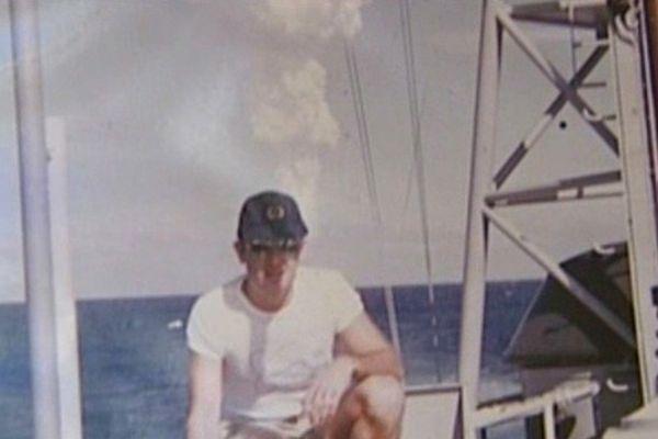 Un militaire girondin se fait prendre en photo, sans aucune protection, devant une explosion nucléaire