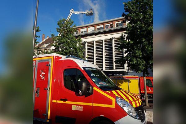 Les pompiers de l'Oise tentent d'éteindre l'incendie au-dessus de la Fnac de Beauvais