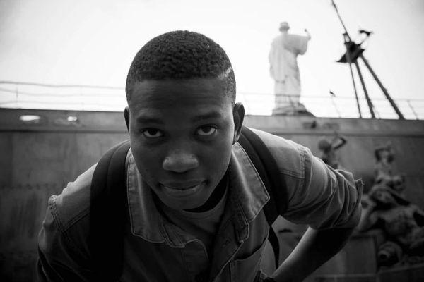 Après des mois d'attente et d'incertitude Falmarès, jeune poète guinéen, vient d'obtenir un titre de séjour