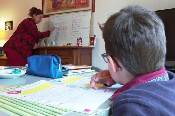 Natacha a fait le choix de scolariser ses enfants à la maison, pour mieux les accompagner dans leurs apprentissages