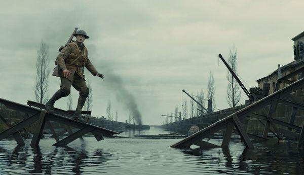 """Dans """"1917"""", le soldat Schofield doit traverser un pont pour rejoindre le village d'Ecoust."""