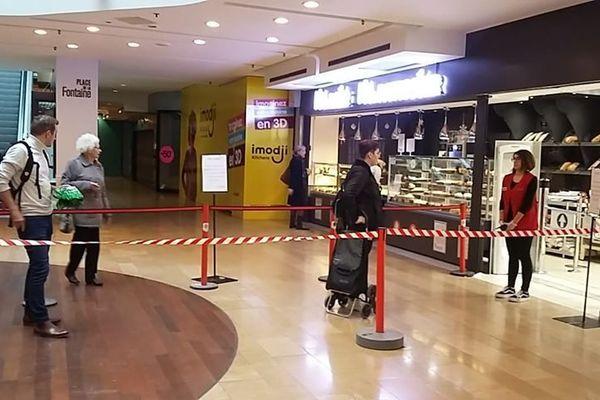 La file d'attente du Auchan des Halles à Strasbourg était soigneusement délimitée.
