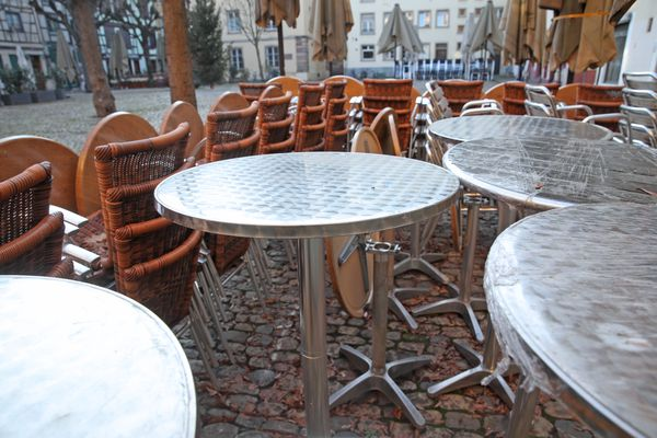Chaises et tables vont pouvoir retrouver leur place sur les terrasses de Strasbourg et d'Alsace, mais nombre de restaurants font le choix d'attendre encore un peu