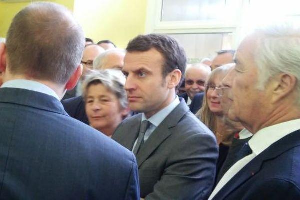 De nombreux élus de Bourgogne sont venus à la rencontre du ministre de l'Economie Emmanuel Macron qui est en déplacement en Saône-et-Loire lundi 2 mai 2016.