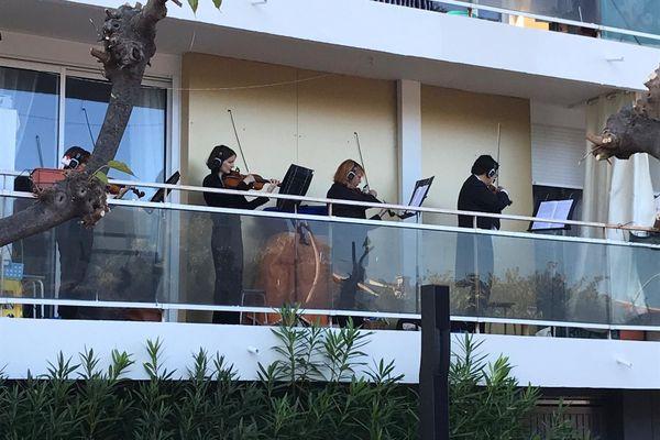 Les musiciens de l'orchestre régional de Cannes, en concert non sur scène mais sur les balcons à Cannes la Bocca.