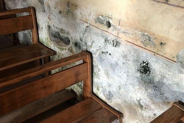 La moisissure commence à gagner les murs de l'église Saint-Anastasie.