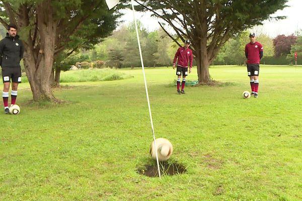 Twijfel je tussen een inspannende teamsport en een aristocratische buitenactiviteit?  Voetbal voor jou