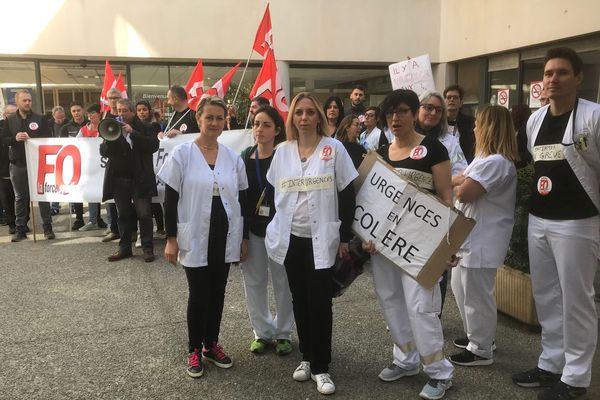 Une centaine de personnes s'est mobilisée aujourd'hui à l'hôpital d'Aix-en-Provence.