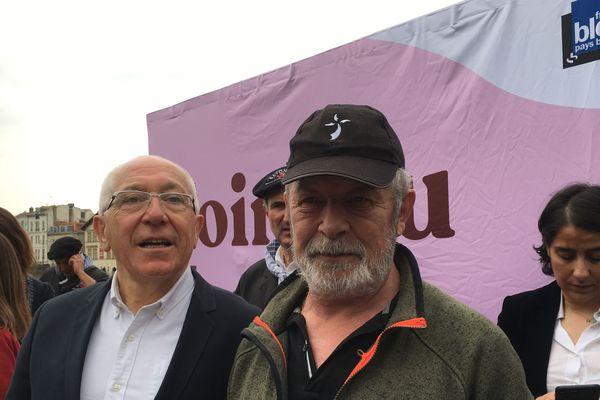 Nicolas Echeverria, casquette sur la tête, est ému, aux côtés du maire de Bayonne.