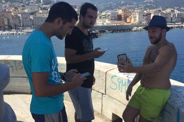 Les chasseurs de Pokémon traquent les petites créatures dans chaque recoin de la ville, comme ici au Vieux-Port de Bastia.