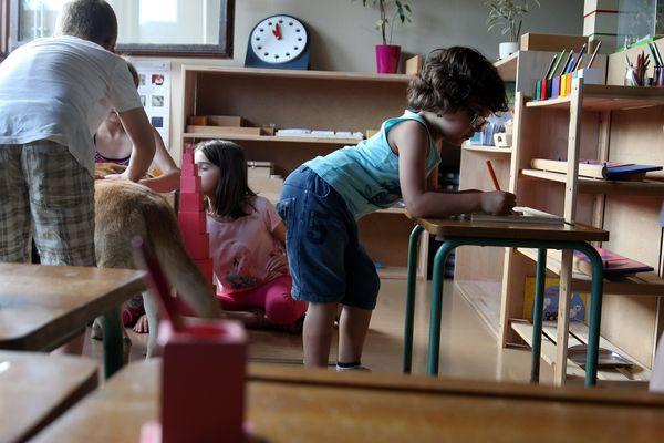 La pédagogie Montessori se distingue par l'autonomie accordée à l'enfant le respect de son rythme de développement.