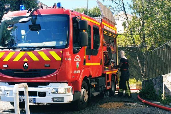 Un véhicule des sapeurs-pompiers lors de l'intervention.