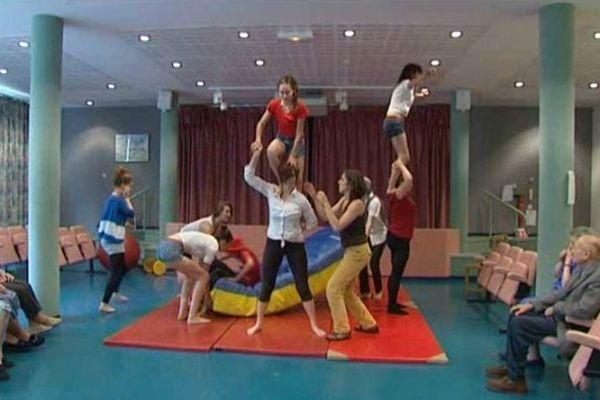 Les élèves du collège de Nexon ayant choisi l'option cirque, participent également à l'opération