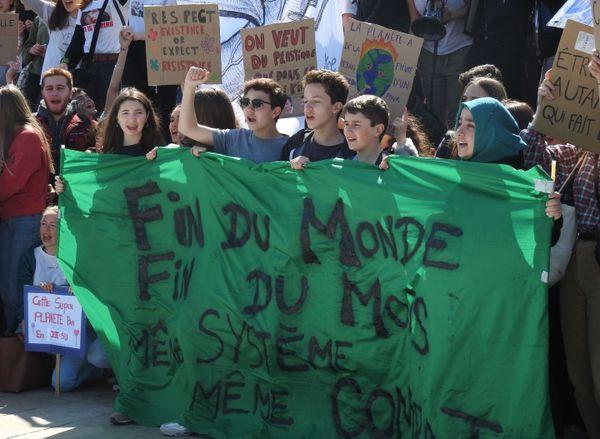 """Quelques 300 jeunes ont déployé banderoles avec slogans """" Fin du monde """" pour donner l'alerte sur le climat et le danger qui les menace"""