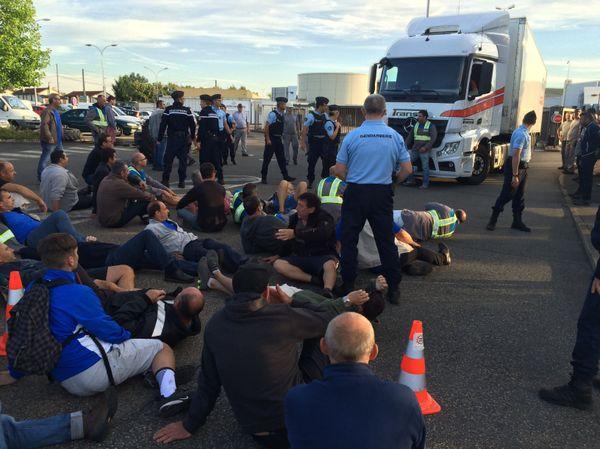 7h05, devant la fonderie, un camion tente une sortie de l'usine. Les gendarmes essayent de repousser les manifestants pour ouvrir la voie. Aussitôt les GM&S  se couchent pour empêcher le poids lourd d'avancer.