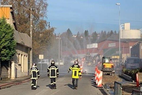 Une impressionnante fuite de gaz de 4 bars de pression a obligé à déployer un large périmètre de sécurité dans cette zone d'activité de Belley dans l'Ain