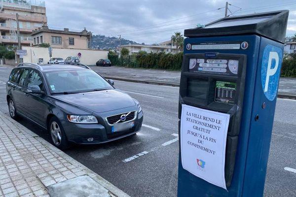 Le stationnement est gratuit par exemple sur la commune de Vallauris-Golfe-Juan.