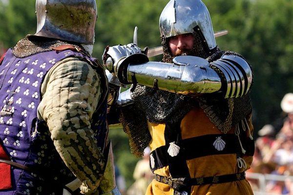 Un chevalier aux couleurs des Raineval (à droite) lors d'une reconstitution de la bataille d'Azincourt.