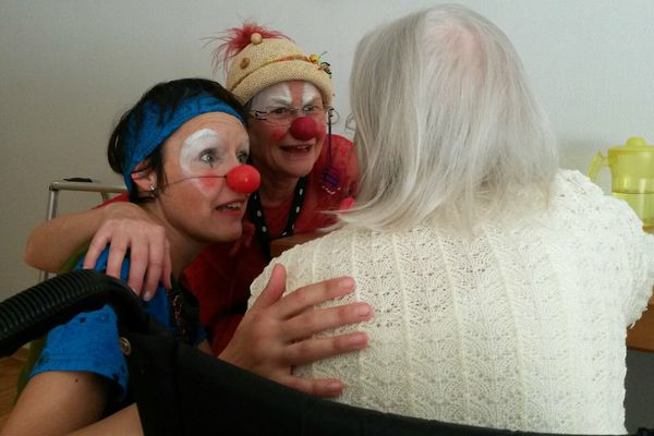 Les clowns apportent sourire et bonne humeur auprès des personnes âgées hospitalisées