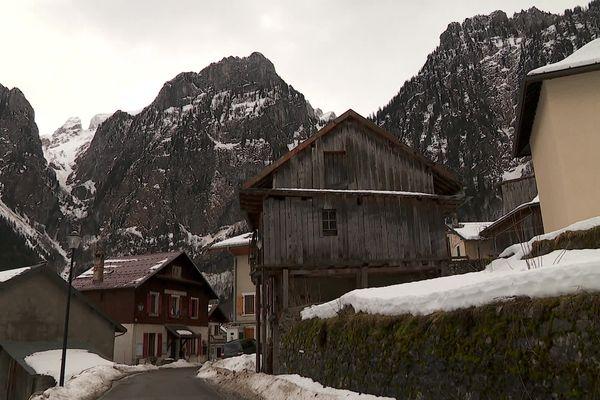 Le village de Novel, en Haute-Savoie, est coupé du monde à cause du risque d'avalanche.