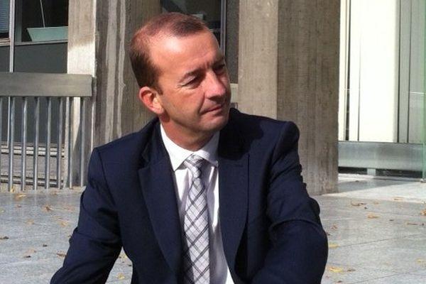 """Matthieu Chamussy lors de sa conférence de presse """"surprise"""", sur les marches de la mairie de Grenoble"""