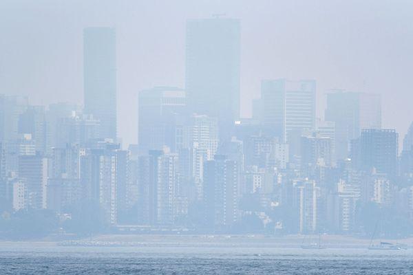 Une fumée épaisse sur Vancouver en Colombie-Britannique le 21 août, provoquée par des centaines de feux de forêt dans la province