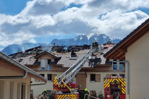Le feu a touché deux appartements et s'est propagé à la toiture