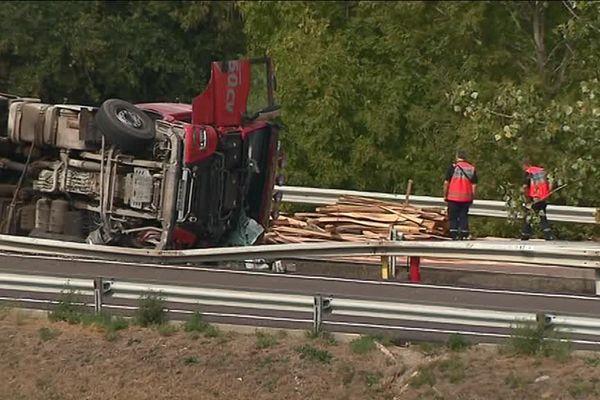 Le conducteur du poids lourd, seul en cause dans l'accident, est légèrement blessé.