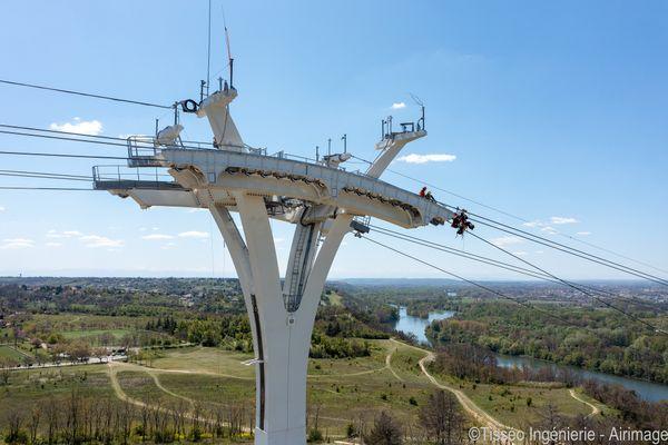 Toulouse - Depuis novembre 2020, des ouvriers ont travaillé jusqu'à 70 m de haut pour mettre en place les câbles du téléphérique urbain Téléo : un chantier titanesque qui vient de s'achever.