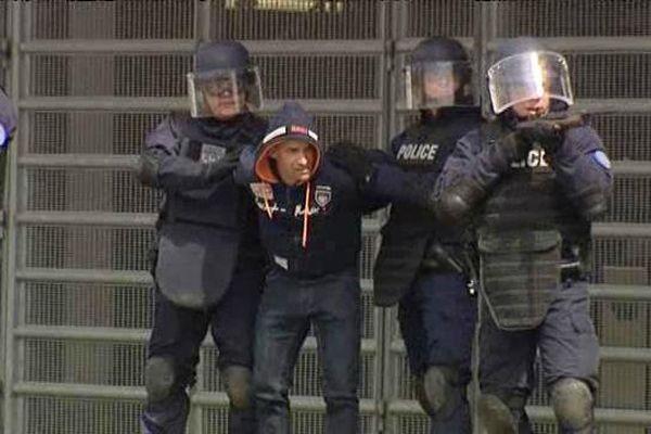 Les forces de l'ordre simulant la neutralisation d'un assaillant terroriste au Stade Pierre-Mauroy.