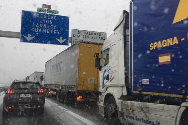 Une trentaine de kilomètres de bouchons s'est formée entre la Tour du Pin et Chambéry sur l'A43, à cause de la neige.