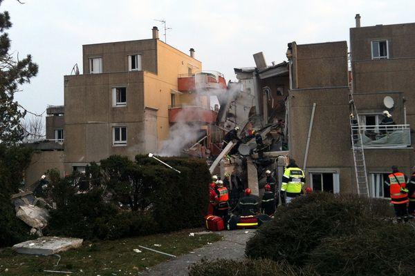 Une grande partie de l'immeuble, au centre de l'image, s'est effondrée.