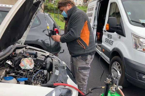 Depuis 6 mois, Jérémy Marjoux est un garagiste ambulant sur les routes du Cantal.