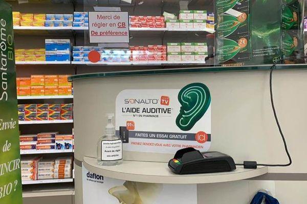 La pharmacie invite les clients à se laver les mains au gel hydroalcoolique avant d'utiliser le lecteur de cartes bancaires.