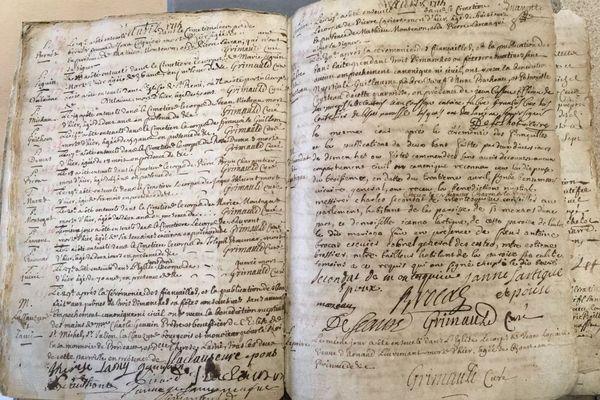 Dance ce registre paroissial, en bas à droite, est inscrit l'acte de mariage du grand penseur politique bordelais Montesquieu rédigé en avril 1715.