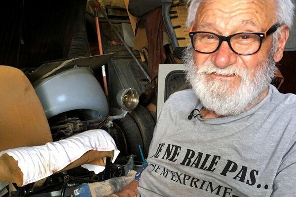 Jean Duron, passionné inoxydable et collectionneur invétéré de 2cv depuis plus de 60 ans, vit sur le plateau de Laschamps (Puy-de-Dôme), au cœur de la chaîne des Puys. A l'image de son environnement immédiat, sa vie est pleine de reliefs. Jean le sait mieux que n'importe qui : « la 2cv n'est pas une voiture mais un art de vivre ». Alors, comme la voiture de son cœur, l'homme est libre et passe partout.