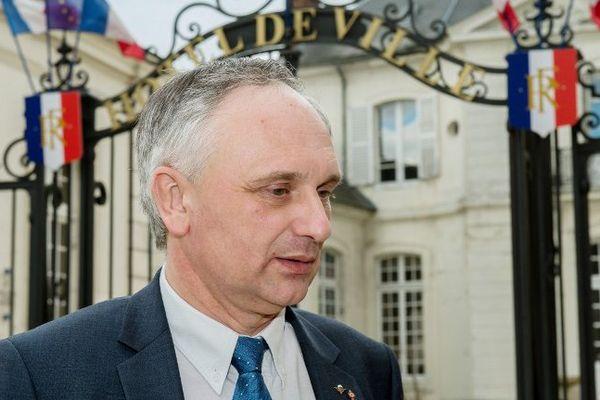 Franck Briffaut devant l'hôtel de ville de Villers-Cotterêts, le 4 mars 2015.