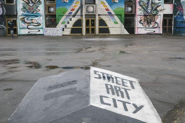 La street art city, à Lurcy-Lévi dans l'Allier, accueille régulièrement des invités de marque, qui disposent d'une pièce réservée pour exprimer leur talent et retranscrire leur univers.