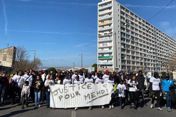 Près de 300 personnes sont venus marcher en mémoire de Mehdi tué par un policier le 14 février dernier après un braquage à Marseille.