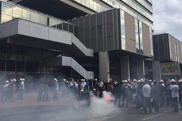 9/5/16 - Les égoutiers manifestent devant le siège de la Métropole de Lyon