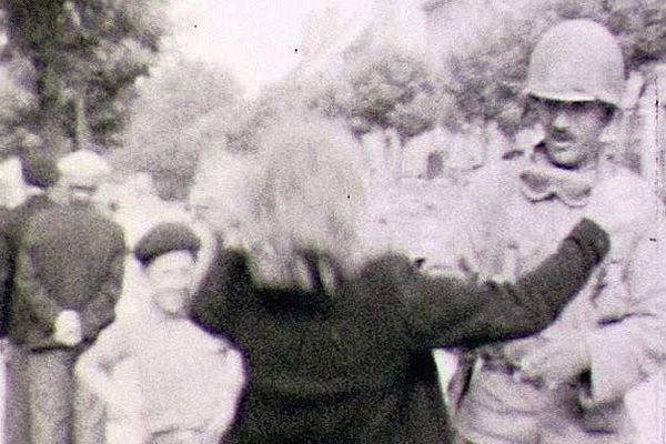 Cette femme embrasse un soldat français qui vient la soulager du joug allemand.