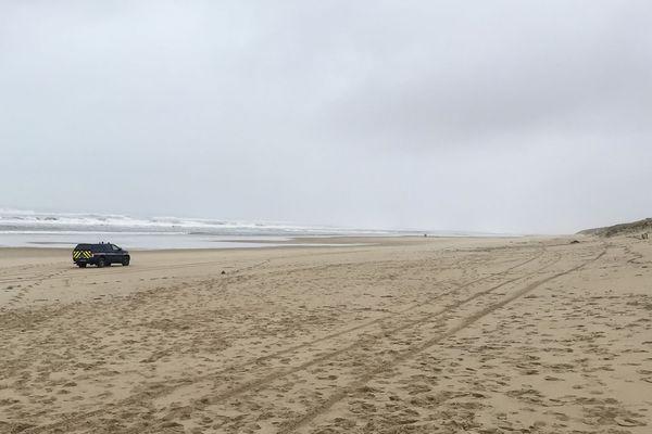 Des gendarmes sur une plage du Porge (image d'illustration)