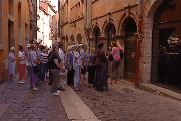 Un groupe de touristes britannique dans le Vieux Lyon.