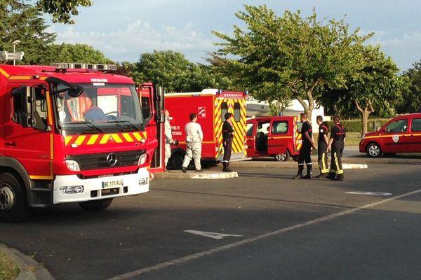 Les pompiers ont établi un périmètre de sécurité, le temps d'écarter tout risque.