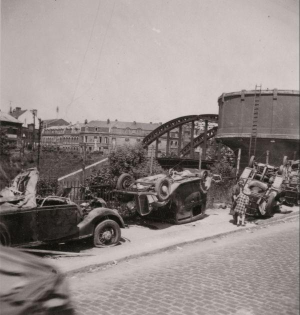 Près de la gare d'Arras, rue Emile-Breton, les Britanniques ont amassé des véhicules pour ériger des barricades afin de stopper l'avancée allemande.