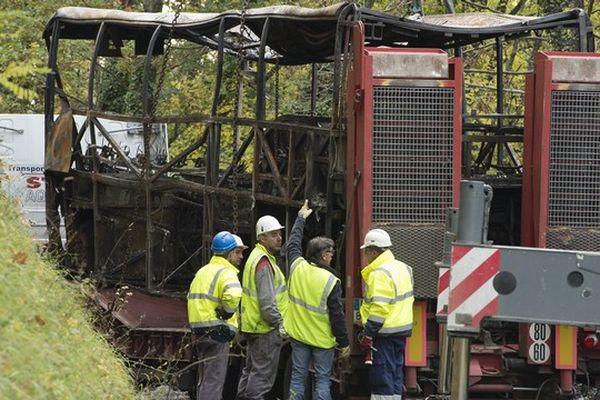 Puisseguin (Gironde) le 26 octobre 2015. La carcasse du bus qui transportait 49 passagers est enlevée pour expertise après la tragique collision du 23 octobre 2015.
