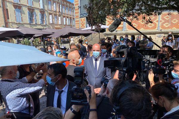 Jean Castex en discussion avec un cafetier dans les rue d'Albi, le 19 août 2021.