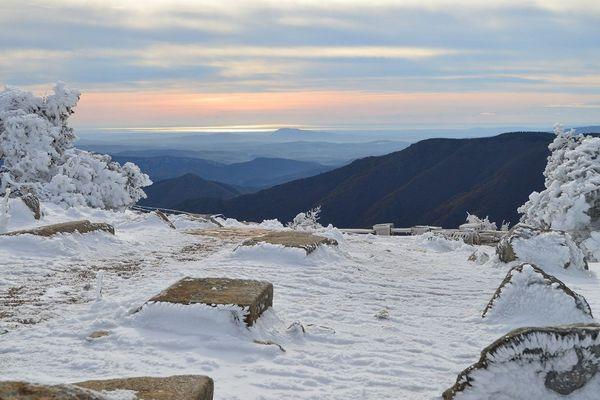 La neige au Mont Aigoual à 1567 m d'altitude mercredi 13 novembre 2019 :  -5 °C et des rafales de vent à 80 km/h.