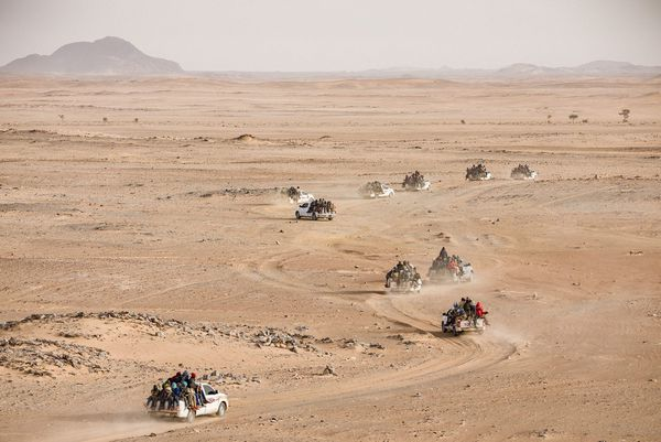 Niger. Chaque semaine, plus de 100 voitures chargées de jeunes Nigériens et Africains de l'Ouest traversent l'immense désert du Ténéré et affrontent tous les dangers afin de se rendre en Libye.