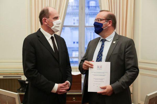 Le député Olivier Damaisin (à droite) remet son rapport à Jean Castex.